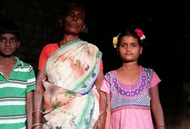 Muniyammal con i due nipoti